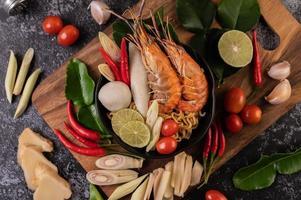 tom yum kung soppa med tomat, chili, citrongräs, vitlök, citron och kaffir foto
