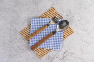 sked och gaffel på blå och vita näsdukar foto