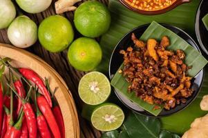 krispig fläskchilipasta på bananblad med sidrätter