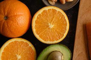 närbildskiva färsk apelsin och avokado foto