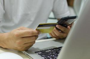 handla online med kreditkort foto