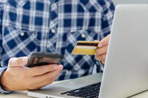 man handlar online med ett kreditkort foto