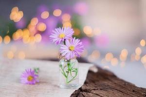 lila blommor och bokehljus