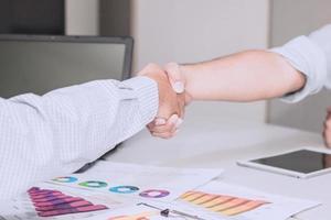 två affärsmän som skakar hand