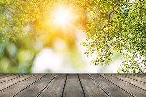 träplattform med bokeh-naturbakgrund foto