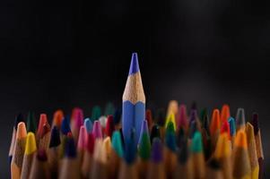 närbild grupp av färgpennor, selektiv fokus på blått foto