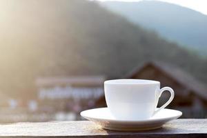 vit mugg med vacker bakgrund foto