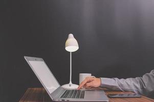 person som arbetar på en bärbar datormodell foto