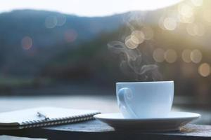 kopp kaffe med vacker bakgrund foto