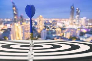 pil på bullseye med stadsbakgrund foto