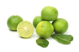 limefrukter på en vit bakgrund foto
