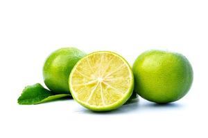 limefrukter på vit bakgrund