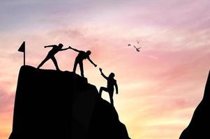 hjälper varandra att klättra upp på berget