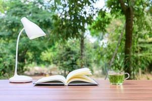 bok med te och ett varv utanför foto