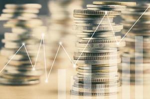 stack av mynt med en graföverlägg foto