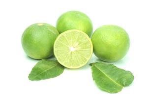 limefrukter på den vita marken foto