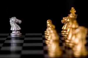 schackpjäser på ett bräde foto