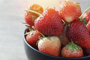 färska jordgubbar i en skål