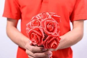 person som håller rosor foto