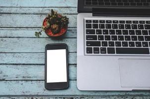 bärbar dator och smartphone på ett bord foto