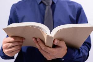 person som håller en öppen bok foto