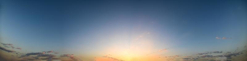 solljus vid gyllene timmen foto