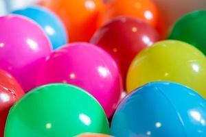 färgglada plastbollar för barn foto