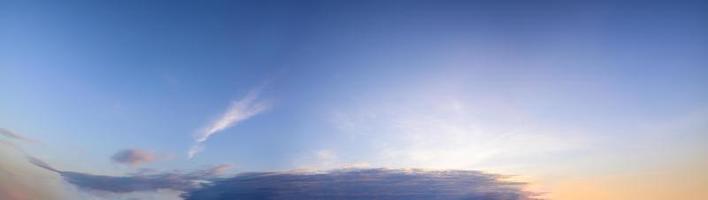 solljus som skiner genom moln foto