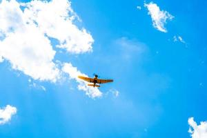 gult flygplan i himlen