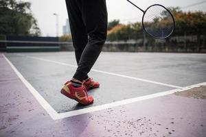 ung man som spelar badmintonlek utomhus foto
