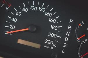 närbild av en bilhastighetsmätare foto