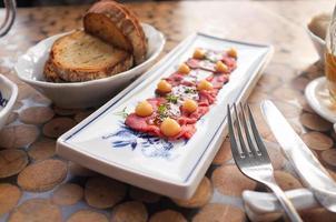 nötkött sashimi med bröd foto