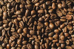 närbild av en hög med kaffebönor foto