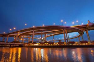 bhumibol bridge i bangkok på natten foto