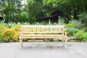 vit bänk i parken