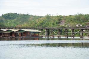 vedbro över floden foto