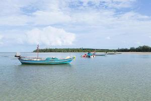 liten fiskebåt vid stranden