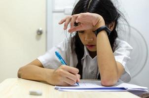 skolflicka gör läxor foto