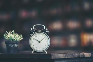 retro väckarklocka på ett träbord foto