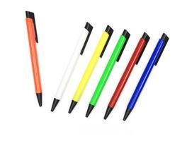 färgglada pennor på vit bakgrund foto