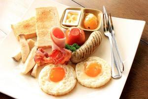 utsökt frukost på en tallrik