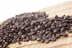kaffebönor på bordet foto