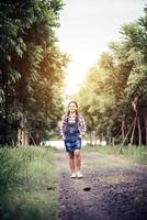 vacker flicka gå i en sommar skog