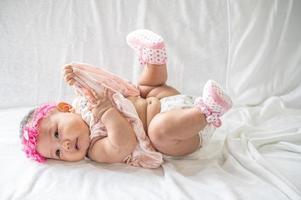 porträtt av en baby som ligger på ryggen