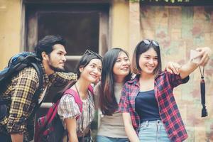 grupp vänner tar en selfie på en stadsgata som har kul tillsammans