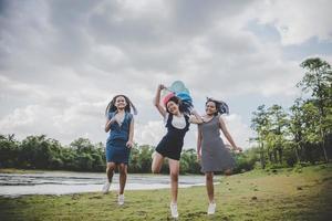 glada tonårsvänner som ler utomhus i en park
