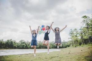 glada tonårsvänner som ler utomhus i en park foto