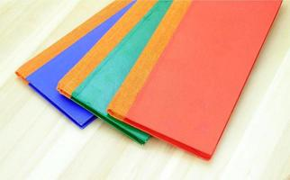 färgglada anteckningsböcker på trä foto