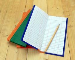 öppen anteckningsbok med penna foto