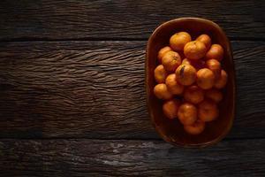 apelsiner i korgen stilleben foto